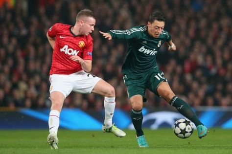 Madrid's Mesut Özil gets the better of Utd's Tom Cleverley
